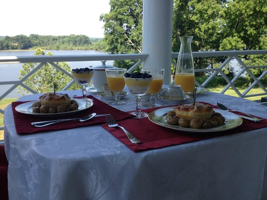 Belle Grove Plantation Bed and Breakfast: Breakfast on the patio overlooking the Rappahannock
