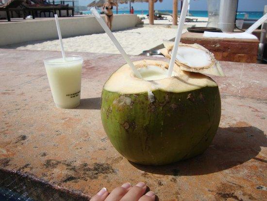 The Westin Resort & Spa Cancun: Coco loco at the pool bar