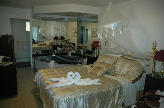 Blue Moon Motel: Room with Jacuzzi