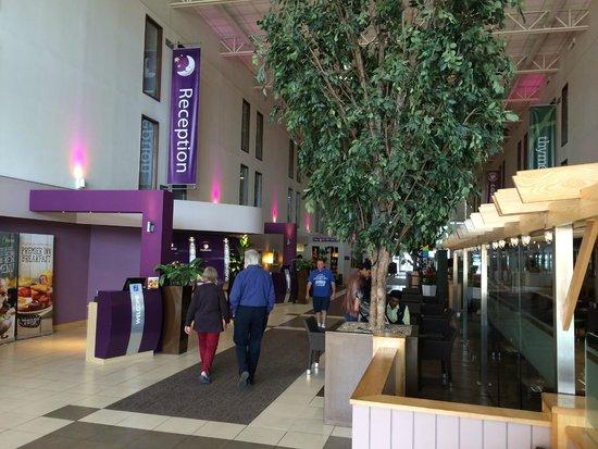 Premier Inn London Heathrow Airport (Bath Road) Hotel: Lobby Entering from Bath Road