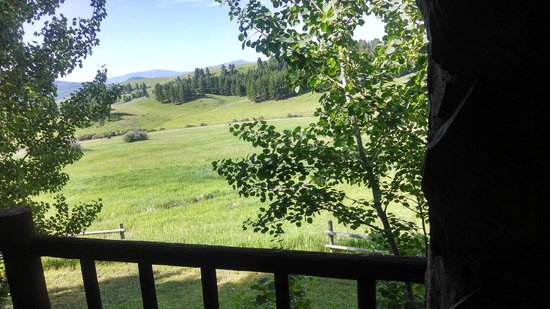 Howlers Inn Bed & Breakfast and Wolf Sanctuary : View from the front porch. Great place for conversation!