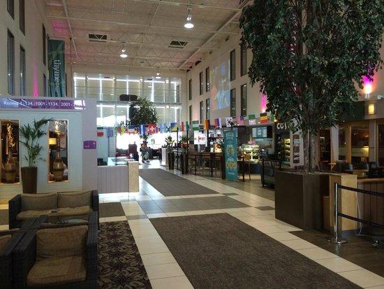 Premier Inn London Heathrow Airport (Bath Road) Hotel: Lobby from Parking Lot