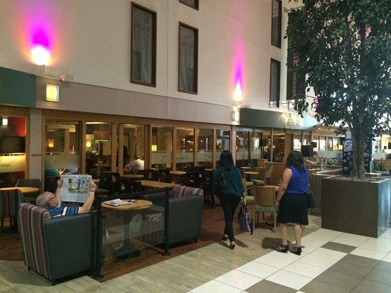 Premier Inn London Heathrow Airport (Bath Road) Hotel: Restaurant/Lobby
