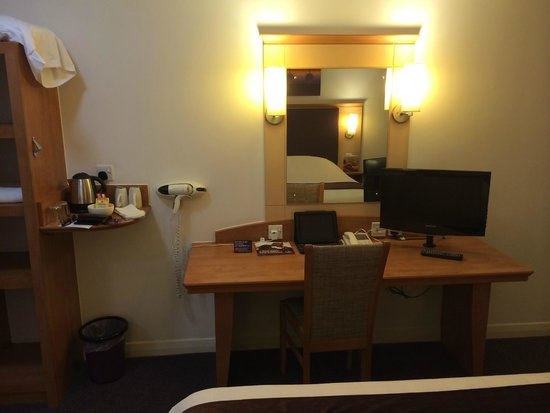 Premier Inn London Heathrow Airport (Bath Road) Hotel: Desk