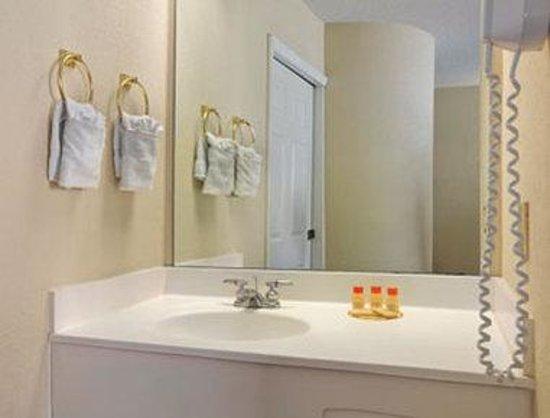 Days Inn Olathe Medical Center: Bathroom