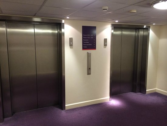 Premier Inn London Heathrow Airport (Bath Road) Hotel: Elevators