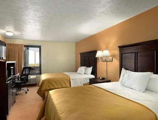 Howard Johnson Inn Appleton: Standard Two Queen Bed Room