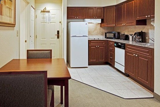 Staybridge Suites Orlando Airport South: Kitchen area of suite