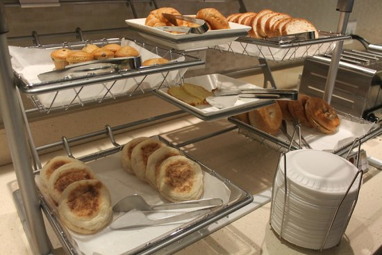 SpringHill Suites by Marriott/ Sarasota Bradenton : bread and pastries