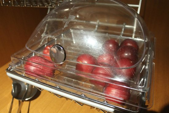 SpringHill Suites Sarasota Bradenton: Fresh fruit options: apples and plums. (Next day it was bananas.)