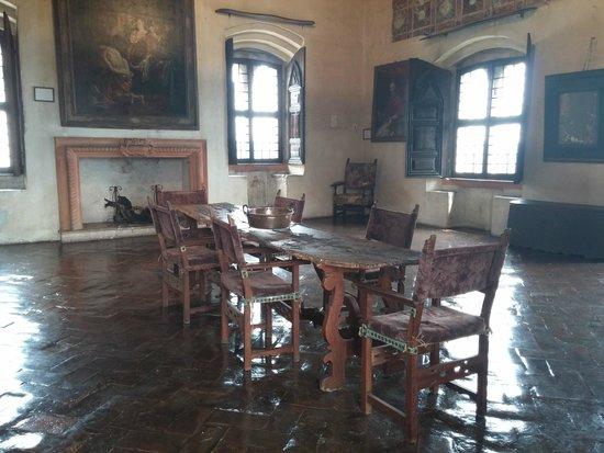 Rocca di Angera: Sala con tavolo e camino