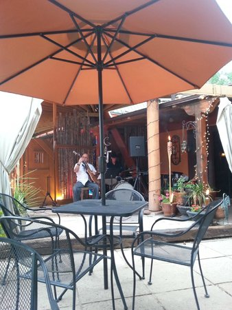 Taos Trail Inn: Outdoor dining area