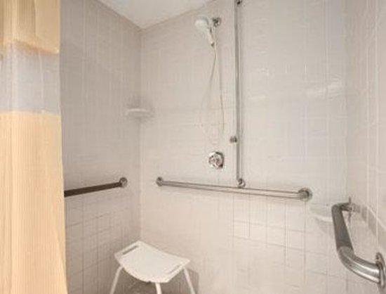 Days Inn Fargo: ADR Bathroom