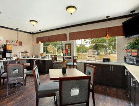 Super 8 Mansfield LA: Breakfast Area