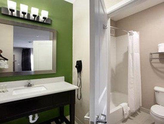 Super 8 Mansfield LA: Bathroom