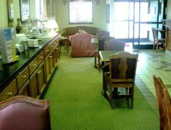 Super 8 - Manchester: Lobby/Breakfast Area
