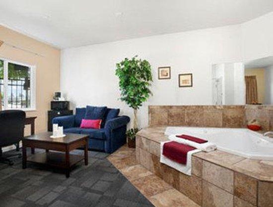 Travelodge Yuba City: Jacuzzi Suite