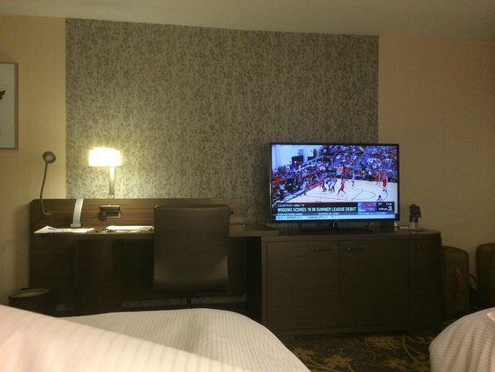 The Westin Cleveland Downtown: TV/Dresser/Desk