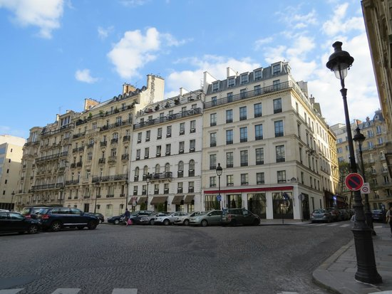 Hotel les Dames du Pantheon: This is an outside view of the hotel.