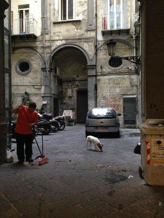 Palazzo Magnocavallo B&B: As you go in gate