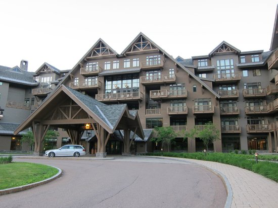 Stowe Mountain Lodge: Front of the hotel