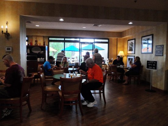 The Inn On The River : Breakfast area, indoor and outdoor seating