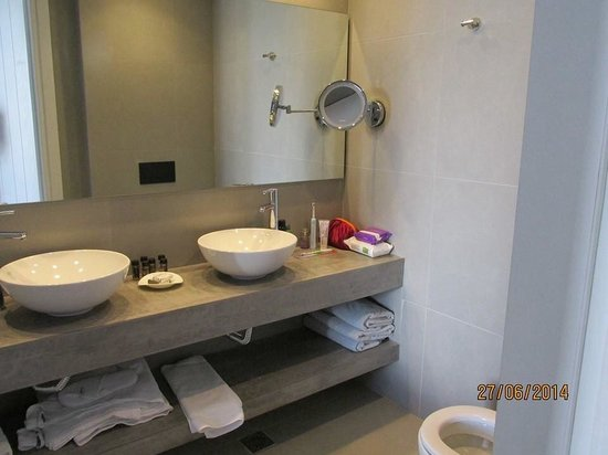 Aqua Bay Hotel: Bathroom of room 137
