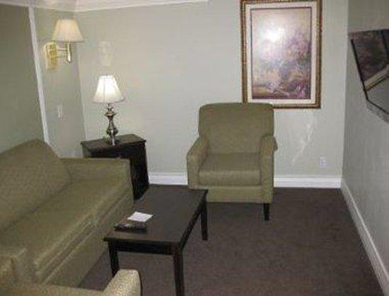 Days Inn & Suites/College Park/Atlanta/Airport West: King Suite Parlor