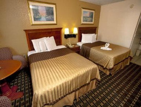 Days Inn Clermont Theme Park West: Two Queen Bed Room