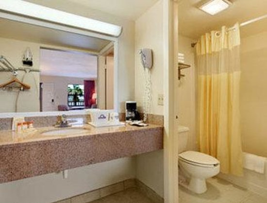 Days Inn Clermont Theme Park West: Bathroom