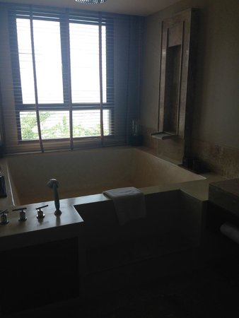 ShaSa Resort & Residences, Koh Samui: Master bathroom with huge bath