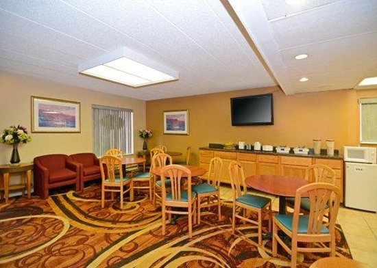 Riverside Suites Mankato: Breakfast area
