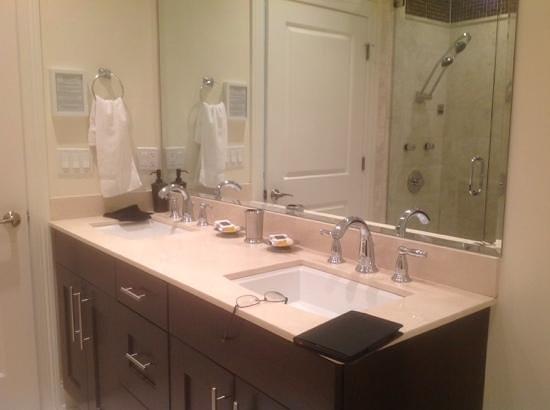 The Guesthouse Hotel: main bath