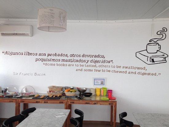 Casual Sevilla de las Letras: Stanza della colazione con scritta geniale