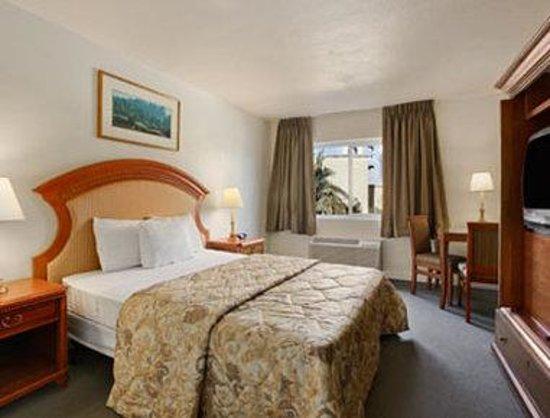 Super 8 Las Vegas Blvd: Standard One Queen Bed Room