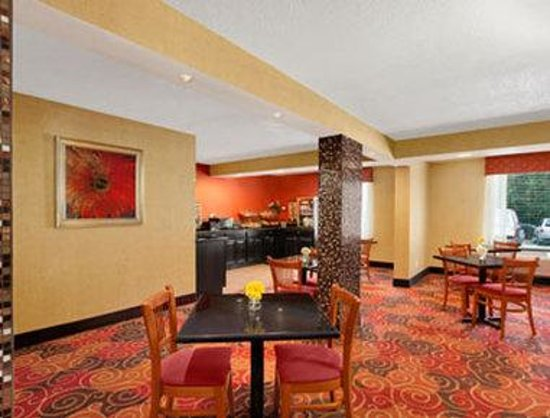 Baymont Inn & Suites Charlotte-Airport Coliseum: Breakfast Area