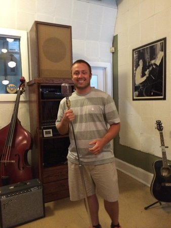 Sun Studio : Singing to the crowd! Right where Elvis stood!