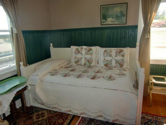 A Harbor View Inn: Daybed with trundle
