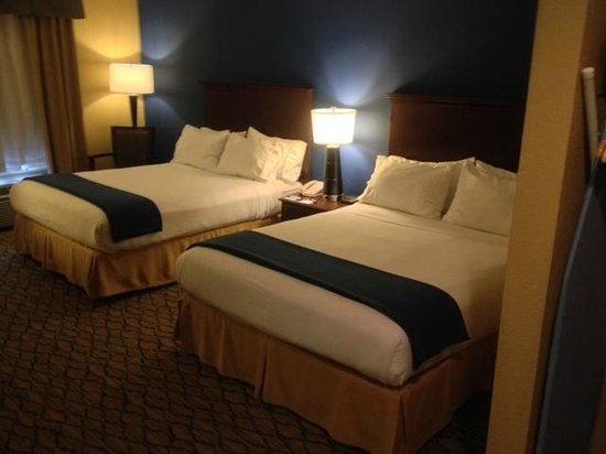 Holiday Inn Express Houston-Downtown Convention Center: 2 Qn Beds inside the Suite