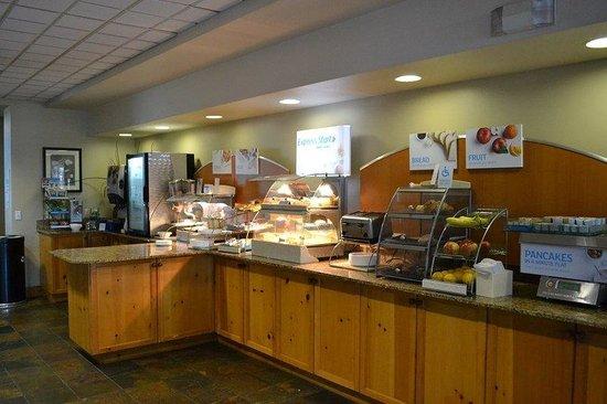 Holiday Inn Express Hotel & Suites Bozeman West: Breakfast Bar