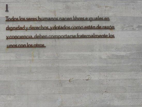 Museo de la Memoria y los Derechos Humanos (Museum der Erinnerung und der Menschenrechte): Detalhe do muro da rampa praça