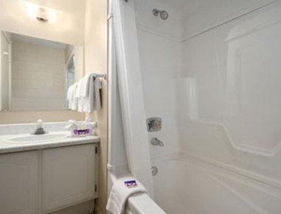 Save Inn: Bathroom