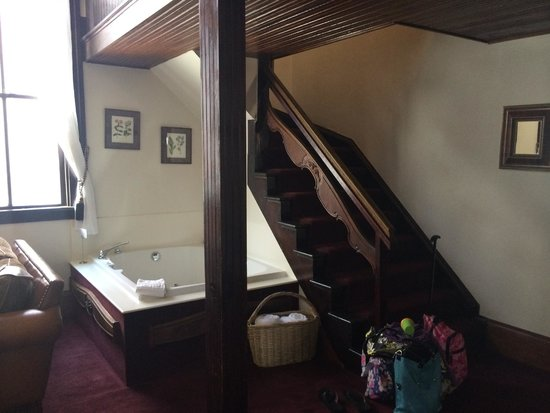 Hotel Pension Anna : jetted tub and stairs to two twin beds