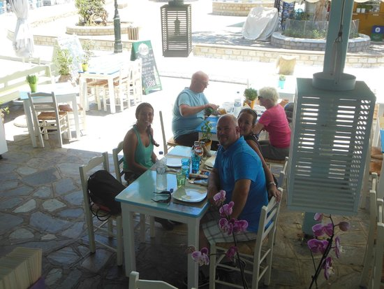 Fisherman - Giorgos & Marina Taverna: Just after getting seated and served water & wine.