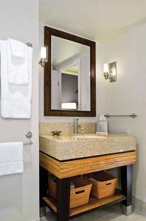 Wyndham Royal Garden at Waikiki: Suite Bathroom