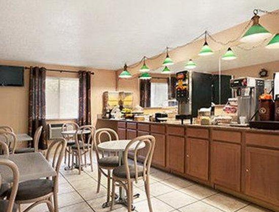 Travelodge Muskegon: Breakfast Area