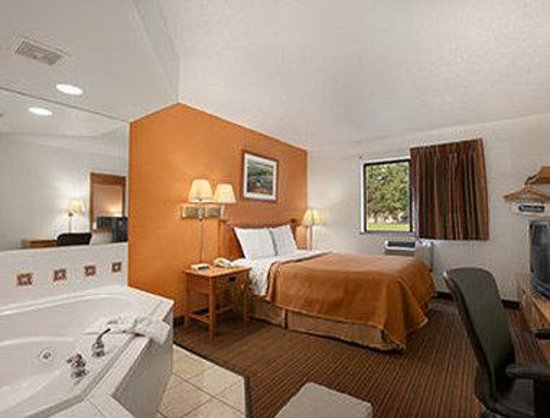 Travelodge Muskegon: Jacuzzi Suite