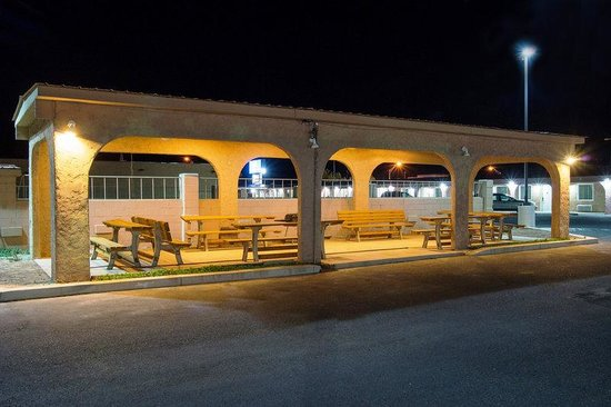 Americas Best Value Inn Socorro: Night Exterior Bench