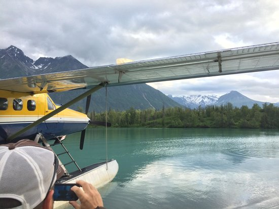 Alaska West Air: Plane docked at Crescent Lake