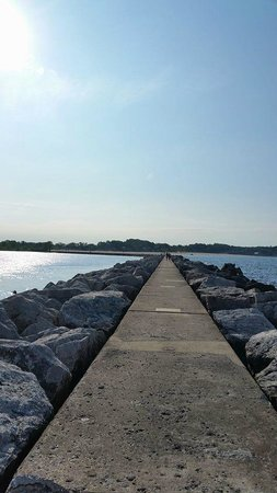 Pere Marquette Park: The path out to the harbor light